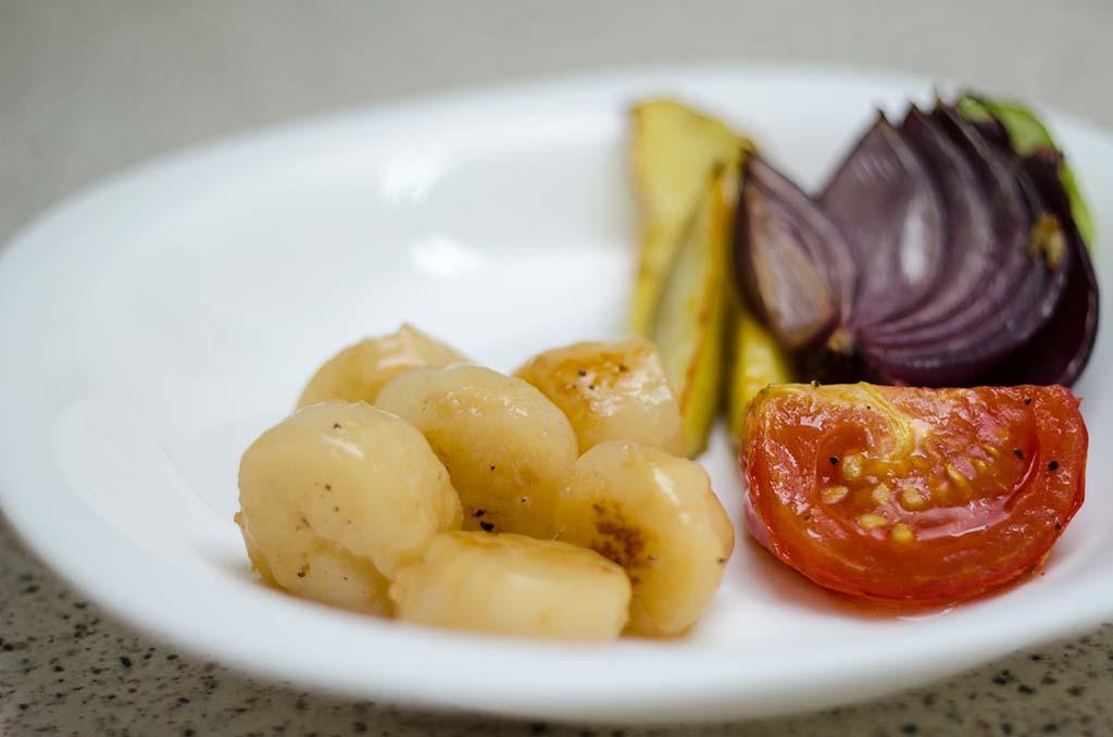 Гребешок на сковороде с сезонными овощами
