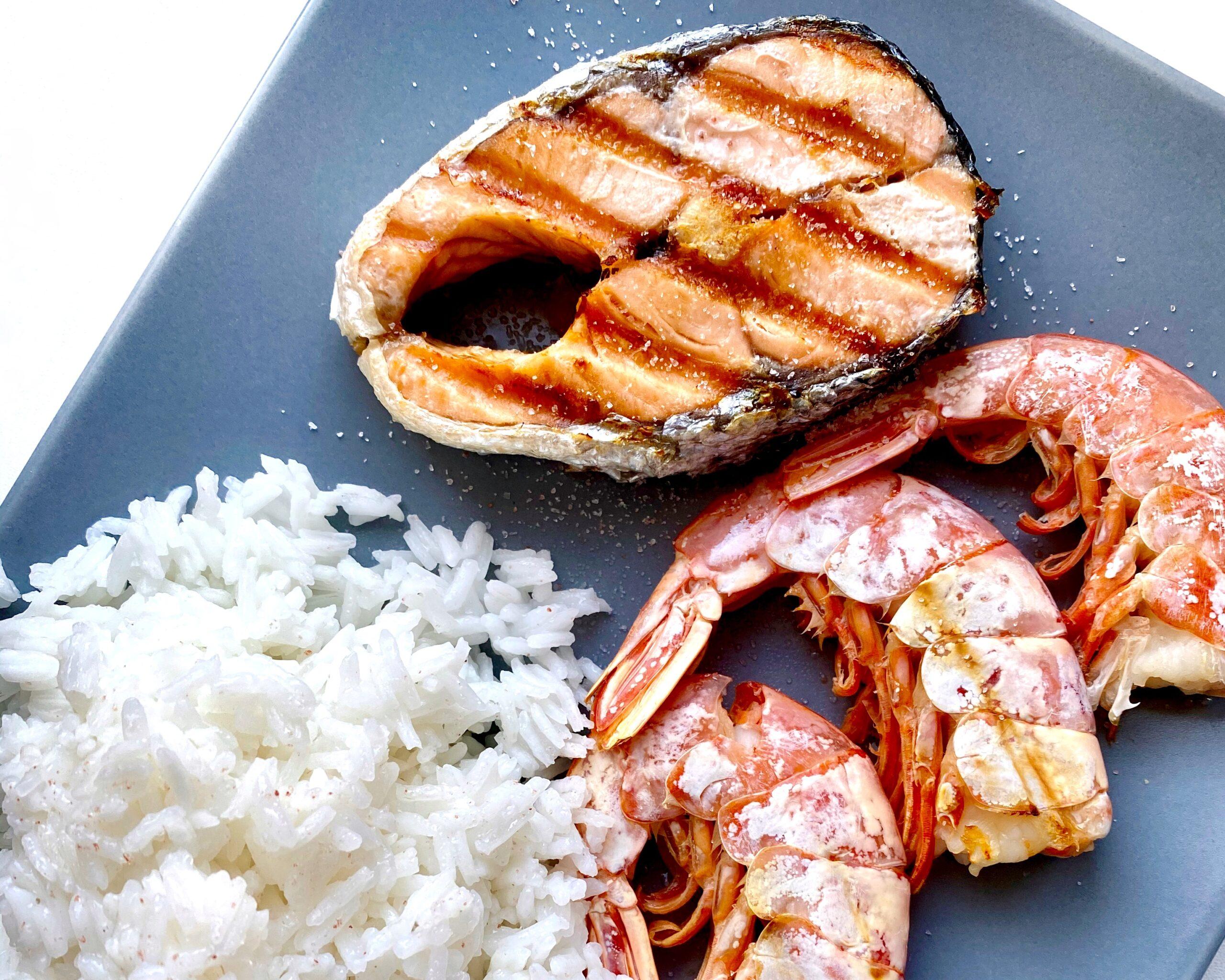 Сочный лосось и лангустины с рисом